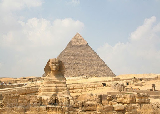Tượng nhân sư và Kim tự tháp ở Giza là một trong những công trình kiến trúc xuyên không gian và thời gian của Ai Cập