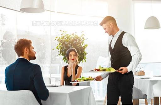 Bồi bàn trong nhà hàng, khách sạn