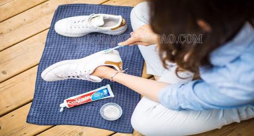 Vệ sinh giày tại nhà bằng kem đánh răng.
