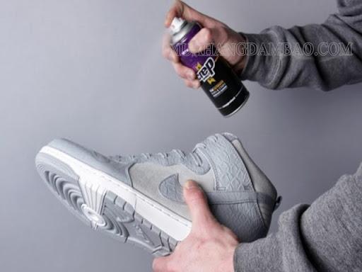 Sau khi vệ sinh xong phủ một lớp nano chống thấm cho sneaker.