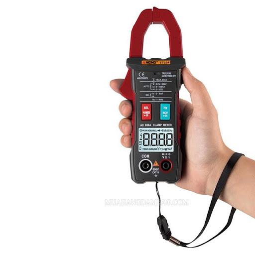 Dùng ampe kìm để kiểm tra dòng điện
