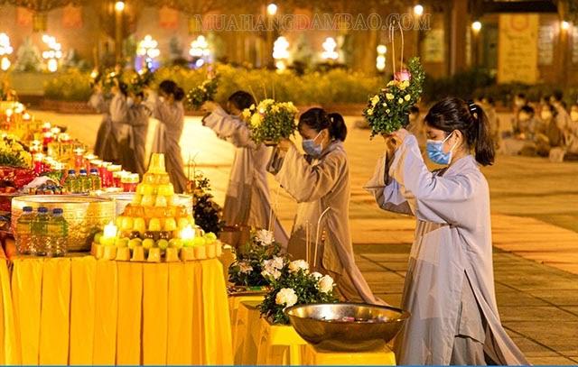 Đi chùa cầu bình an cho cha mẹ trong lễ Vu Lan