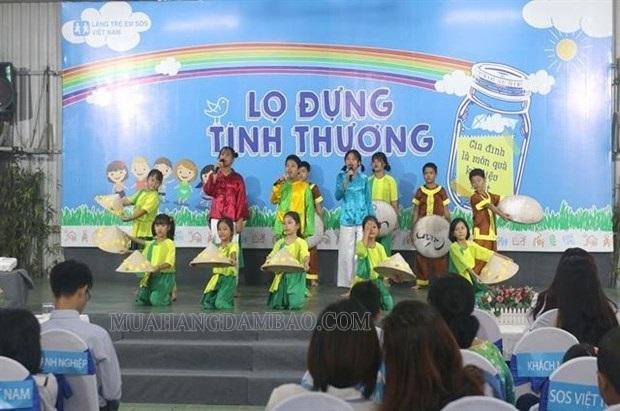 Biểu diễn văn nghệ tại Làng trẻ em SOS tại Việt Nam