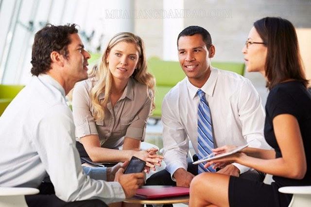 Nhân viên góp ý, đề xuất giải pháp cải tiến SOP với cấp trên